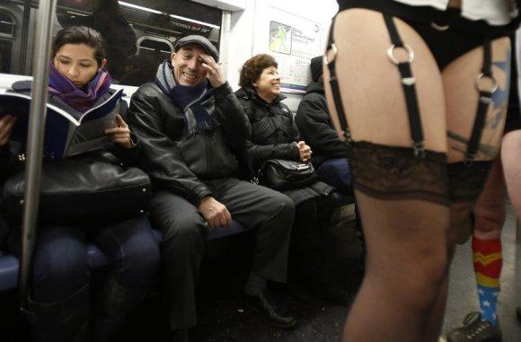 Пасажири Львівського метрополітену взяли участь в акції «В метро без штанів»