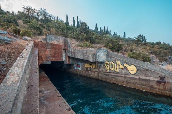 Закинуте секретне підземне сховище для малих підводних човнів