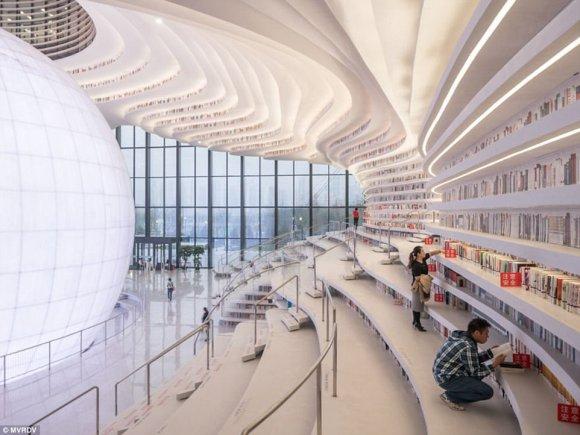 У Львівському метро відкрилася футуристична бібліотека з 1,2 млн. книг